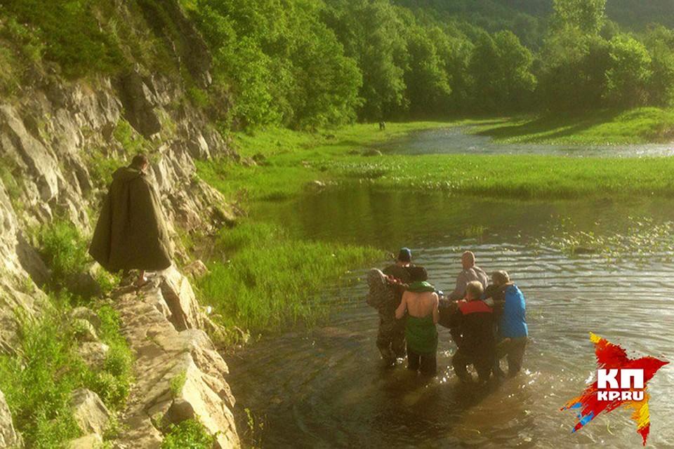 ВПриморье 4 человека утонули при попытке пересечь реку намашине