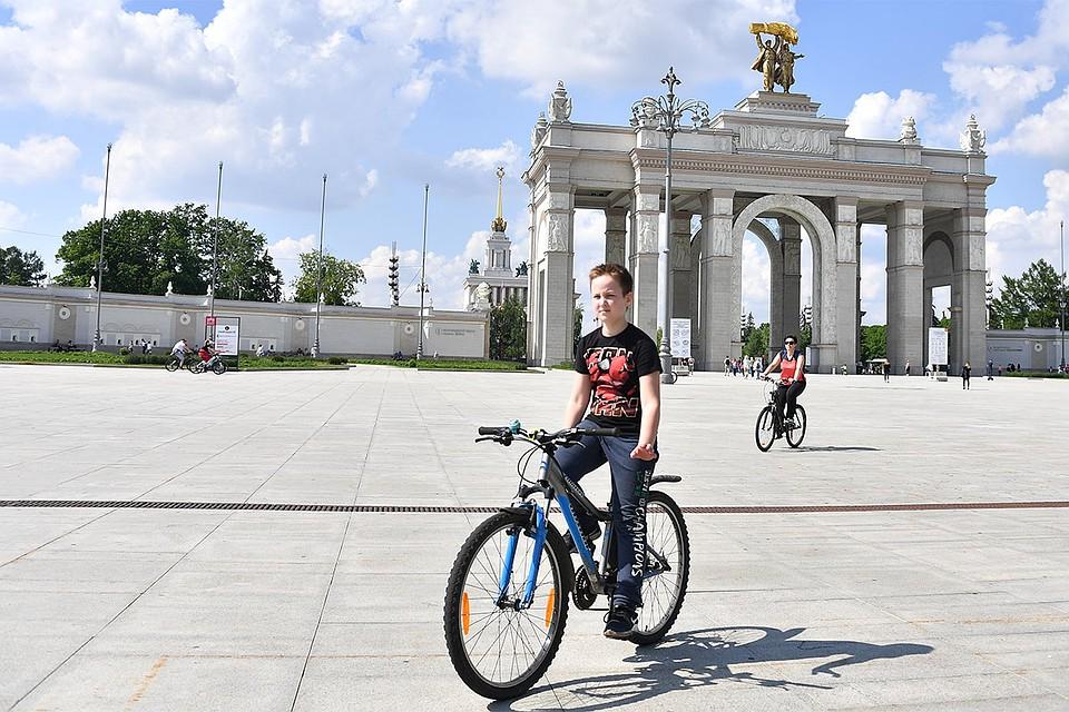 Москва. Велосипедисты на ВДНХ после ослабления карантина в условиях эпидемии коронавируса