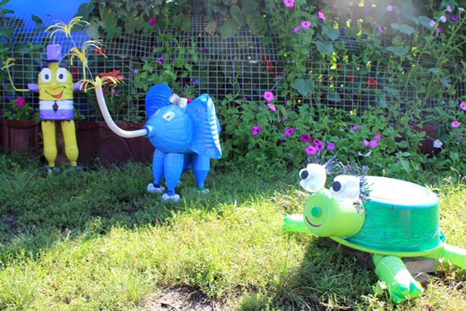Как украсить двор из подручных