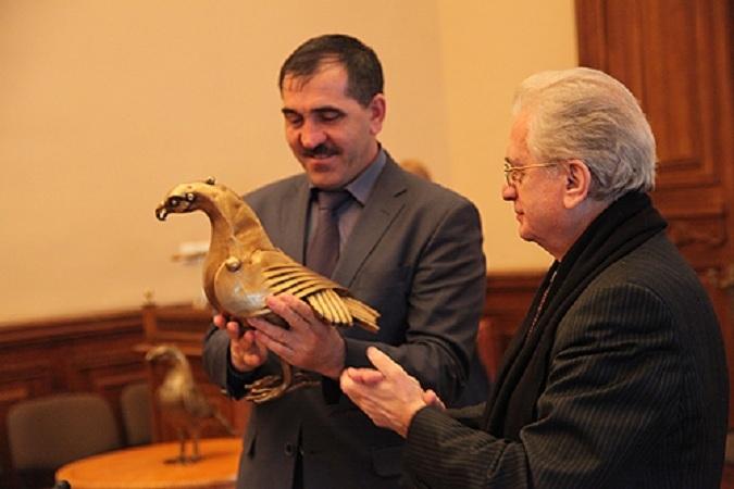 Юнус-Бек Евкуров принял раритет из рук Михаила Пиатровского.