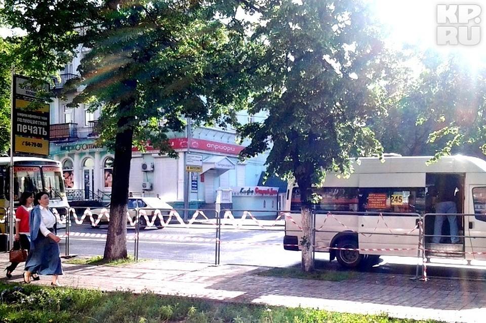 Автобусы и маршрутки  останавливались на сотню метров дальше