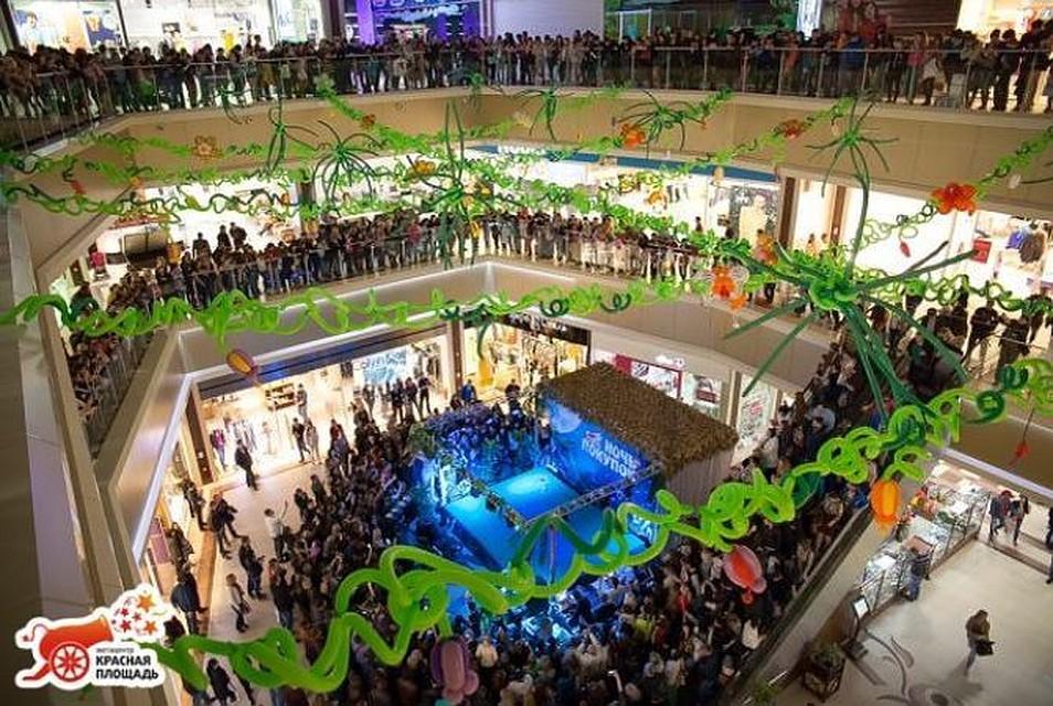 Сцена для выступления была установлена в холле торгового центра