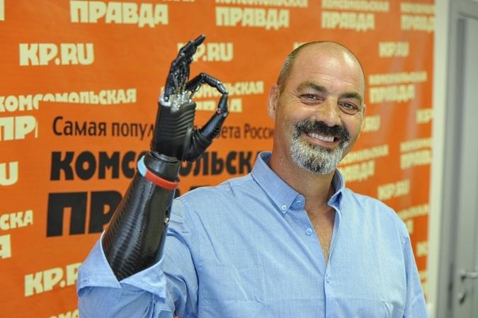 В прошлом году в Россию приезжал знаменитый «человек-киборг» Найджел Экланд. На пресс-конференции в «КП» он показал журналистам, как искусно управляется бионическим протезом.