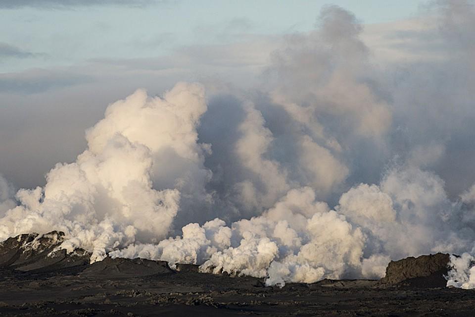 Извержение случилось не на самой кальдере вулкана - магма вышла наружу в боковой трещине, на лавовом плато Холухрейн