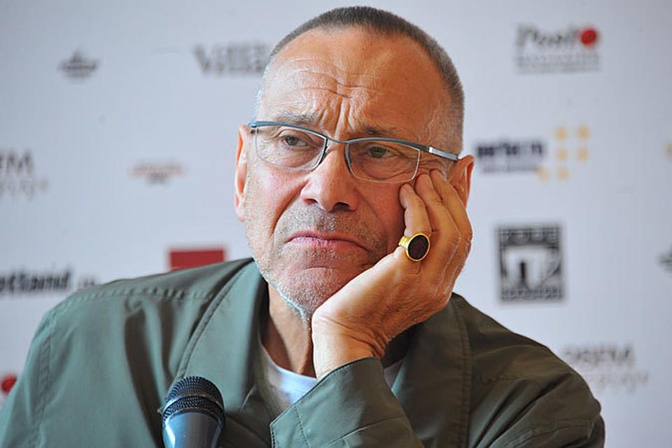 Трех недель не прошло, как мы чествовали победителя венецианского кинофестиваля, Андрея Кончаловского, который получил «Серебряного льва» в номинации «Белые ночи почтальона Алексея Тряпицына»