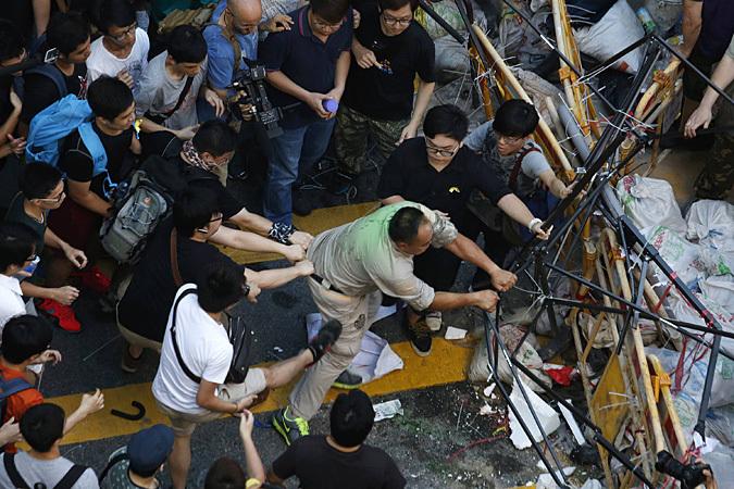 «Демократию сейчас! Демократию Гонконгу!», - скандируют тысячи демонстрантов