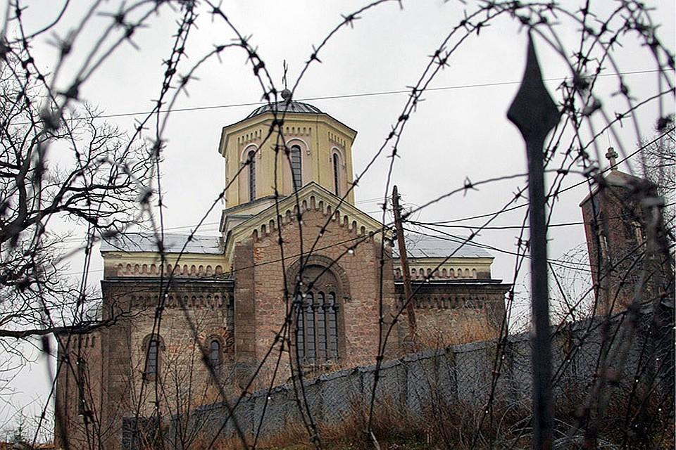 Полуразрушенный и сожженный изнутри сербский православный храм в Приштине, Косово.