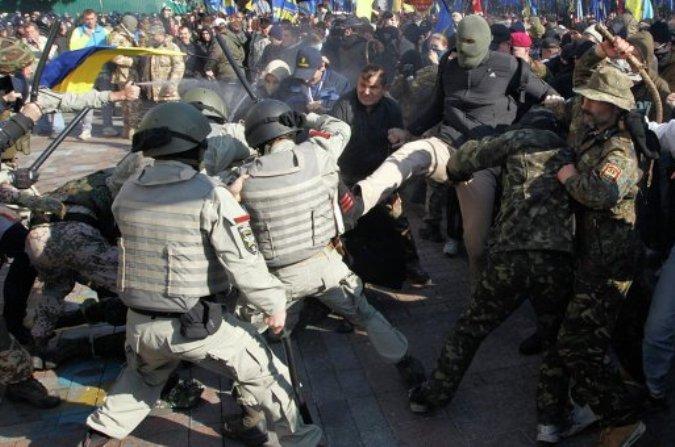 У Верховной Рады националисты дерутся с милиционерами