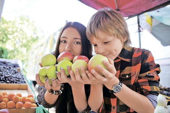 Коллеги на работу ведрами приносят яблоки. Пробуешь - такие ладные и сладкие!
