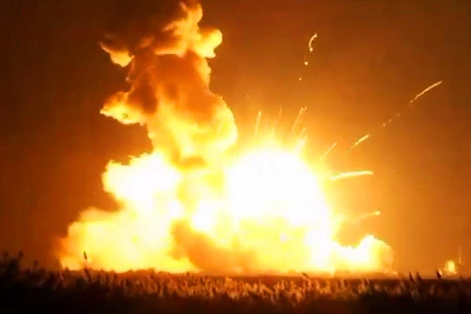 Ракета Antares взорвалась и упала на землю сразу после старта. Фото: NASA