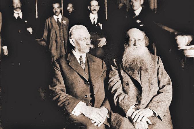 В августе 1917 года Петр Кропоткин принял участие в работе Государственного совещания, пытавшегося объединить политические силы страны. Рядом с ним лидер партии кадетов Павел Милюков.