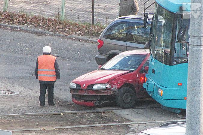 23 октября на улице Платонова трамвай протаранил красный «Рено».