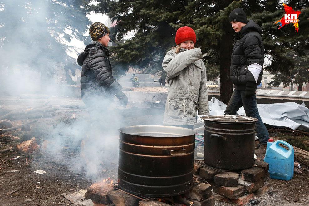 Еду готовят на улицах. В Дебальцево до сих пор нет света и воды. Фото: Нигина БЕРОЕВА