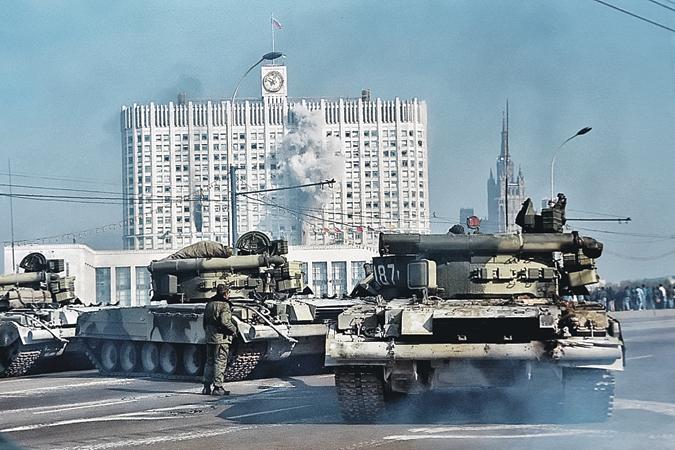 Первый выстрел из танка по «Белому дому» запечатлел дляистории наш фотокор Владимир Веленгурин.