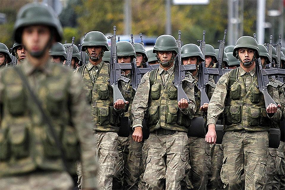 Турецкие военнослужащие во время парада в столице страны.