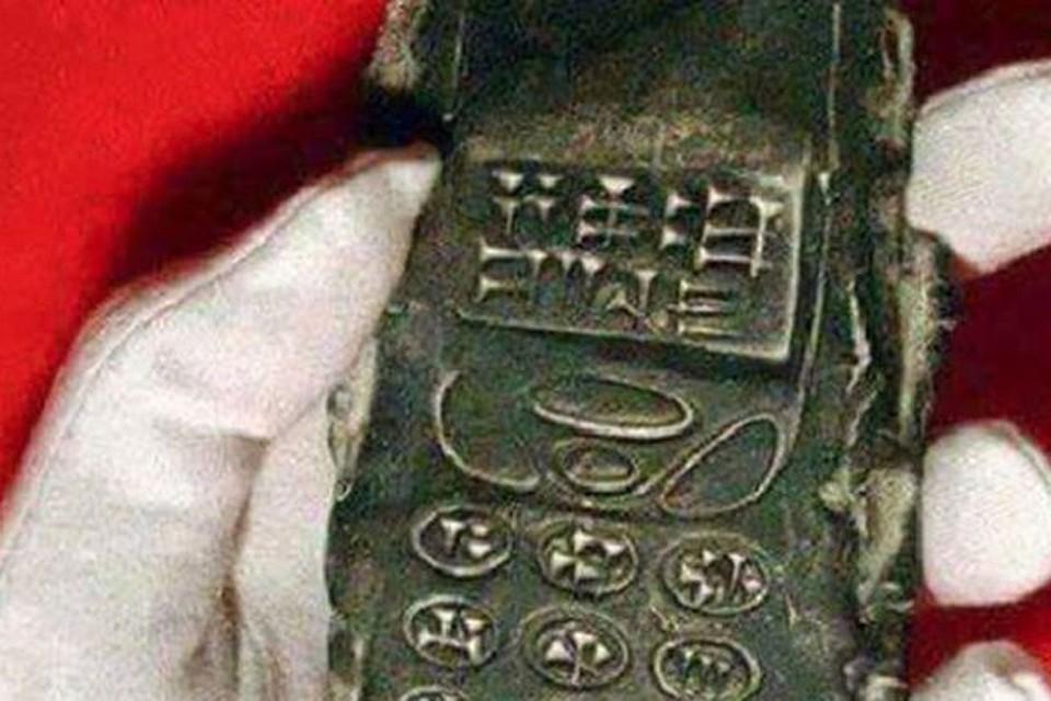 Это глиняная копия современного мобильника