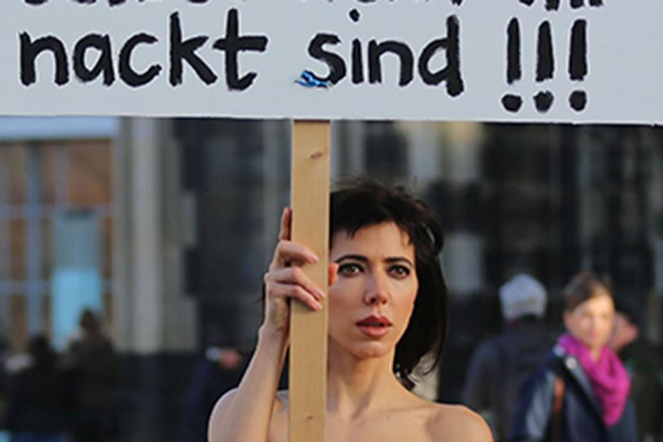 Мило Муаре устроила «голую» акцию протеста в центре Кельна.