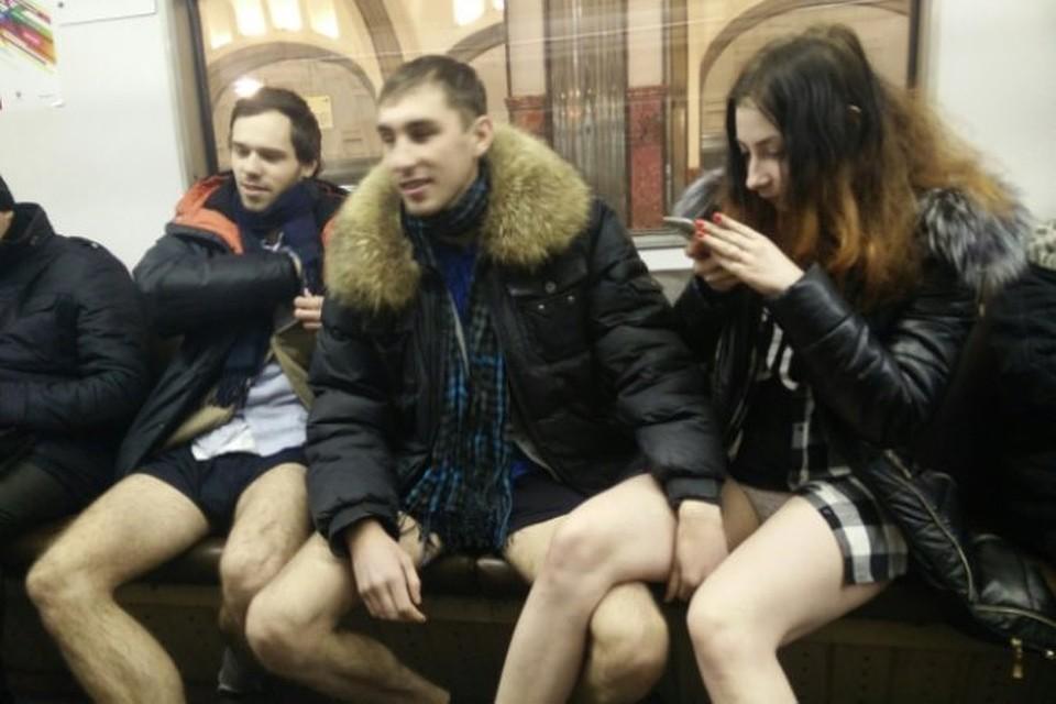Несколько молодых людей решились принять участие в мировом флешмобе. Фото:vk.com/nopantssubway