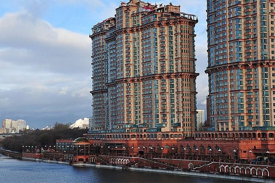 Днем в элитном многоэтажном доме жилого комплекса «Алые паруса» сорвался с троса один из лифтов