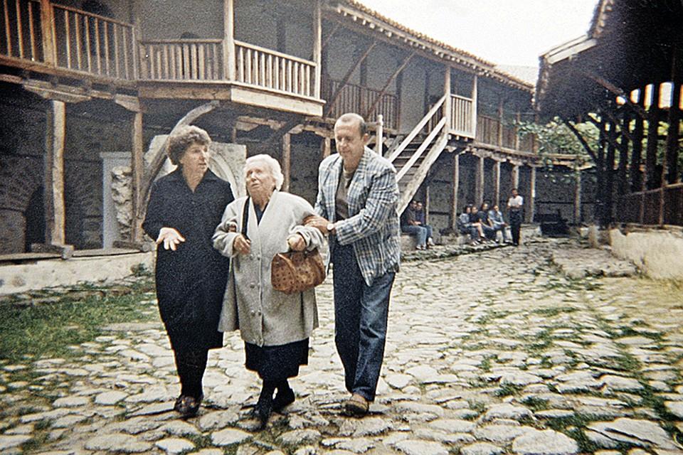 Прорицательница и ее сестра Любка Пандева в Роженском монастыре. 1992 год. Фото: Личный архив племянницы Ванги Красимиры Стояновой