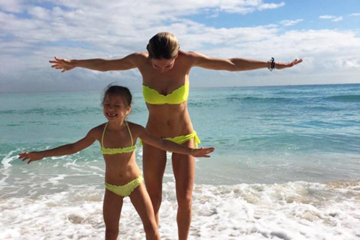 Артистка отдыхает в Майами с младшей дочкой Сарой. Фото: Инстаграм.