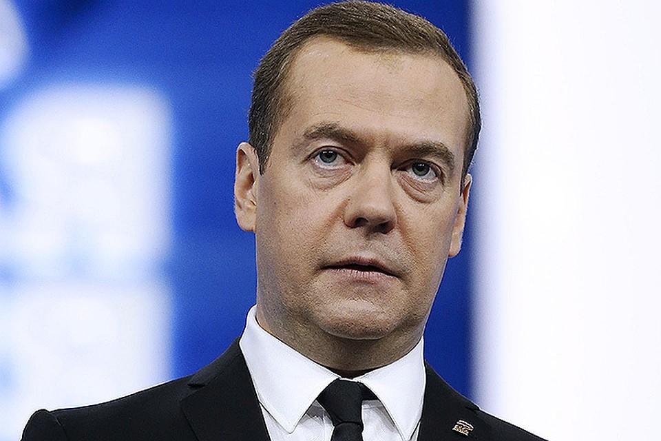 Медведев попросил губернаторов почаще ходить на колонку за водой