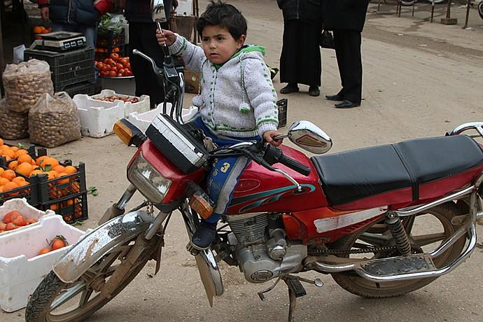 На рынке идет бойкая торговля фруктами и овощами, туда сюда снуют десятки мотоциклов