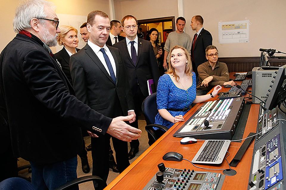 В среду премьер Дмитрий Медведев побывал в легендарном ВГИКе. Фото: Дмитрий Астахов/ТАСС