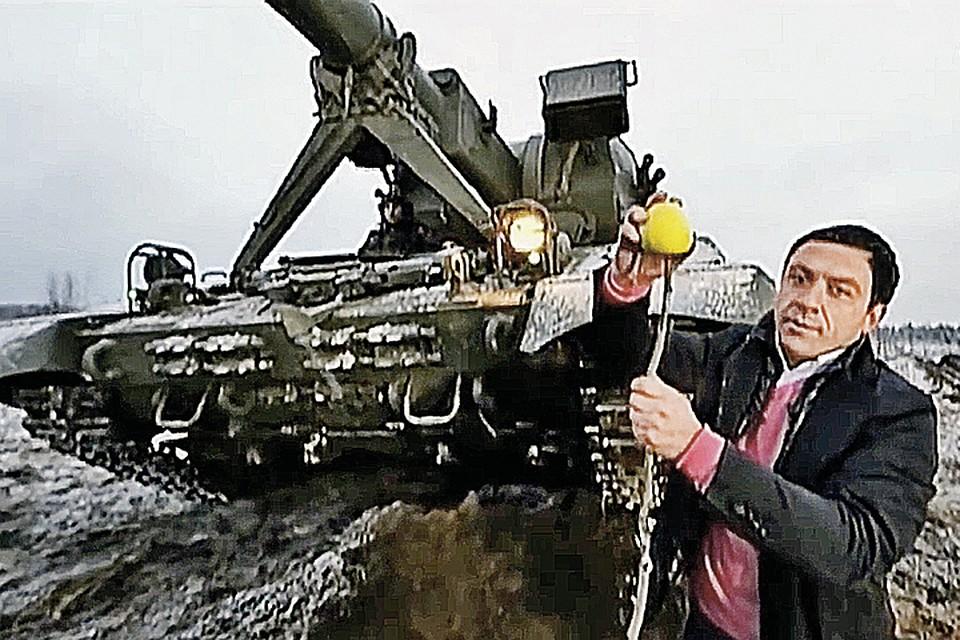 """Боевая мощь Российской армии не перестает удивлять ведущего. Фото: Канал """"Звезда"""""""