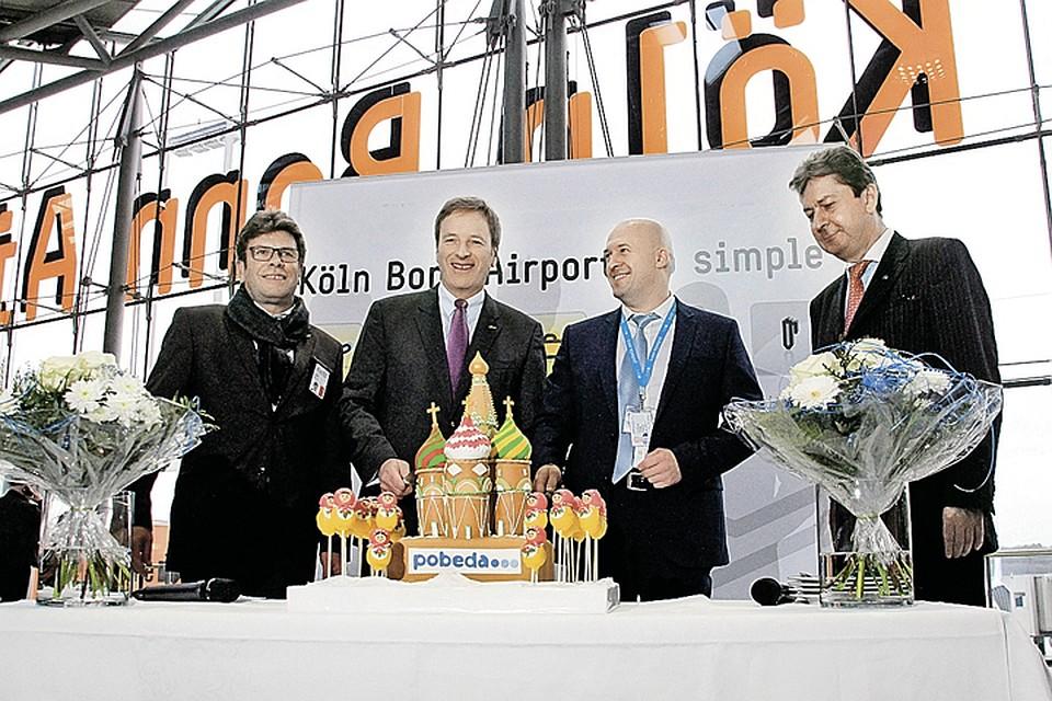 Первый рейс из Москвы в Кельне встретили тортом в виде собора Василия Блаженного. Фото: Михаил ГОНЧАРОВ