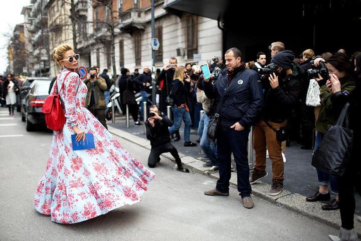 Белла Потемкина появилась перед объективами ведущих street-style фотографов и блогеров в образах из своей весенне-летней коллекции.