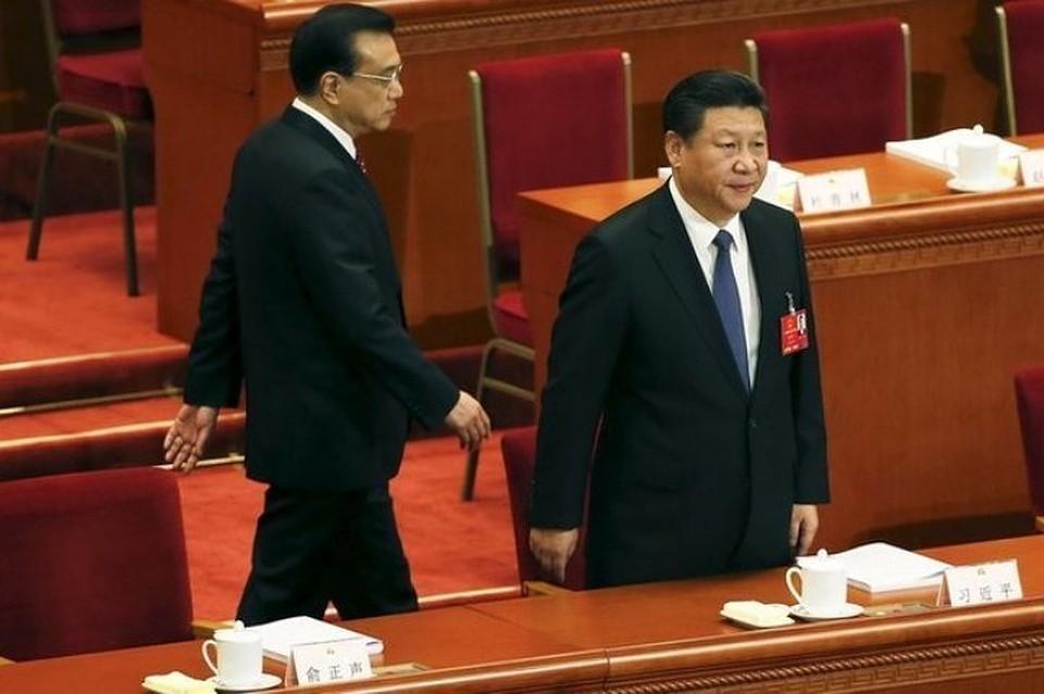 Лидер КНР Си Цзиньпин (справа) выступает на сессии Всекитайского собрания народных представителей, слева – премьер Госсовета Ли Кэцян