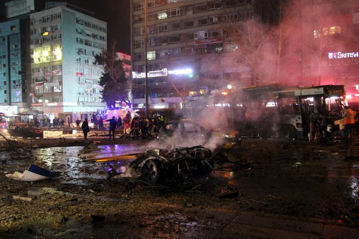 На месте взрыва в центре Анкары быстро разгорелся пожар