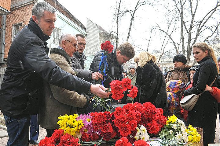 Москвичи несут цветы к представительству Ростовской области в столице.
