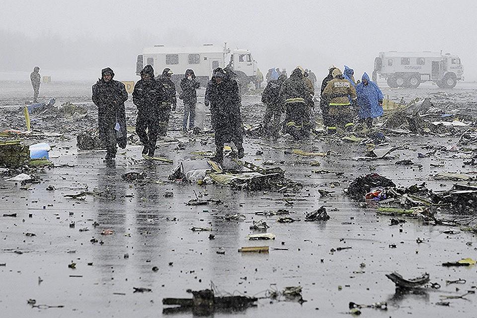 Сотрудники МЧС на месте катастрофы лайнера.