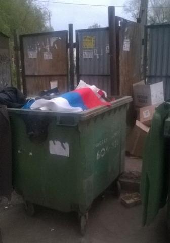 """""""У нас красный наверху. Чему тебя учили в школе?"""", - волгоградские коммунальщики убирают мусор в российский триколор - Цензор.НЕТ 4121"""