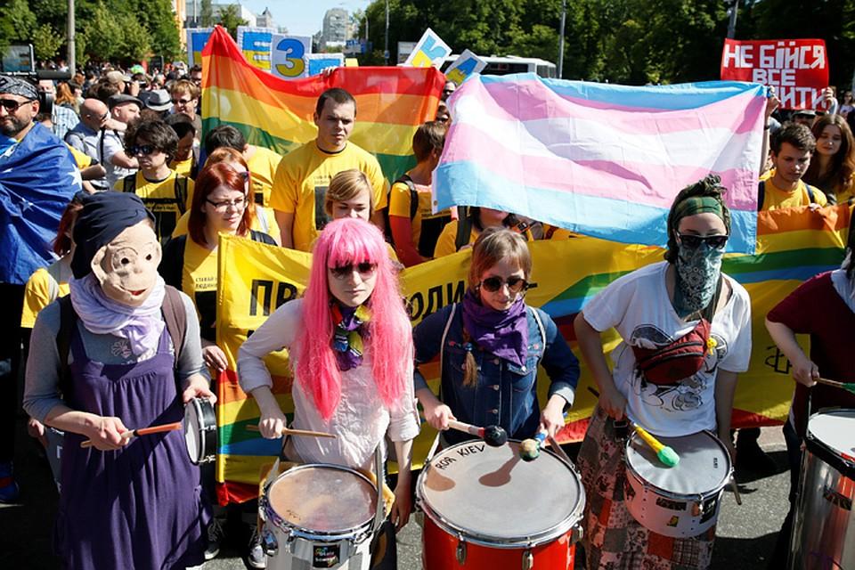 Колона шла всего лишь 500 метров, после чего ЛГБТ-активистов волонтёры посадили в автобусы, сопроводили до такси или метро
