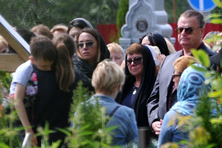 Помянуть Жанну приехала вся семья: папа певицы Владимир Борисович, мама Ольга Владимировна, сестра Наталья