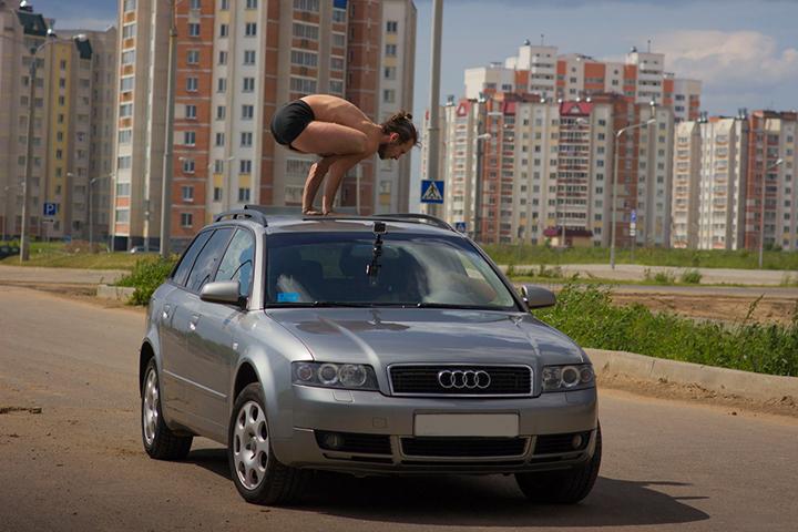 """Сергей Чернов - витебский """"крейзи йогги"""" - отжимается на крыше движущегося авто в позе лотоса."""