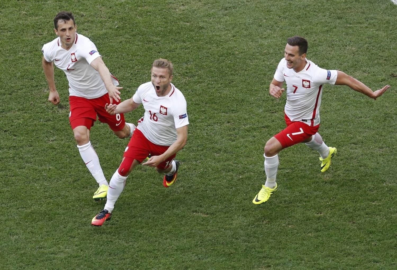 Сборная Польши в последней игре группового турнира одолела Украину 1:0.