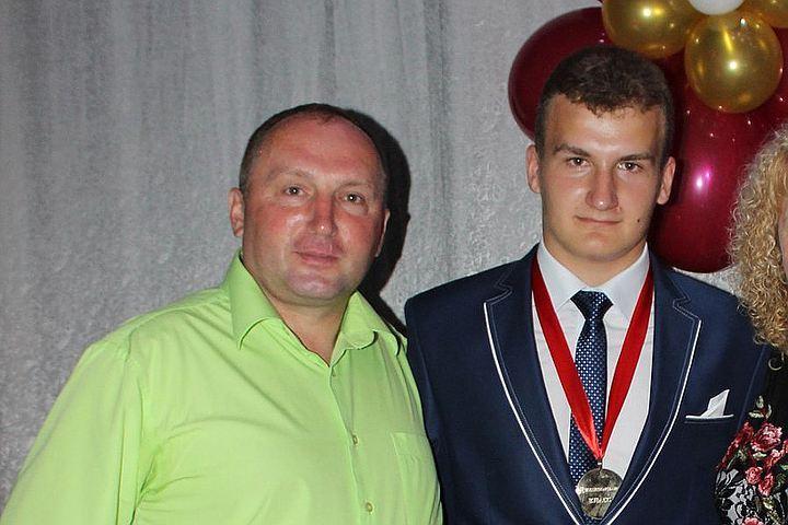 Владимир проиграл в споре с сыном. Фото: из семейного архива