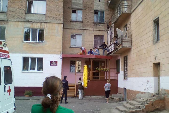ВОмске нетрезвый мужчина выпал сседьмого этажа иостался живой