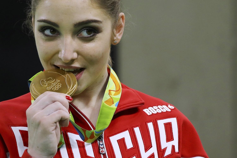 Алия Мустафина - двукратная олимпийская чемпионка в упражнениях на брусьях.