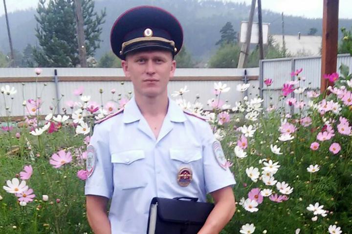 Полицейский спас нетрезвого водителя, чей вседорожный автомобиль опрокинулся вреку вПриангарье