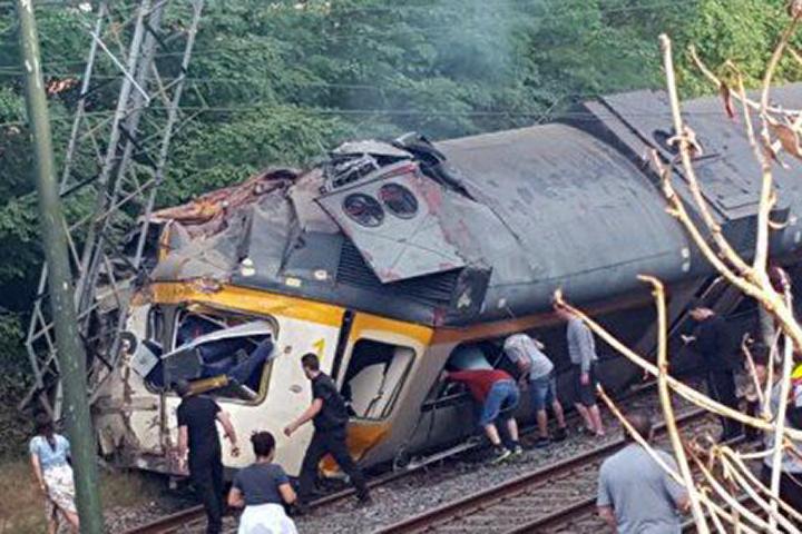 Число погибших крушения поезда вИспании возросло до четырех