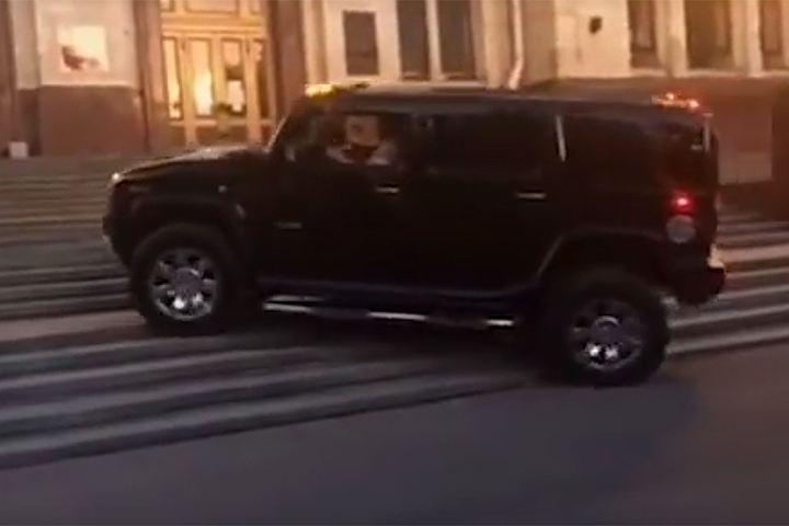 ГИБДД проверит ролик, где Hummer ездит поступеням основного здания МГУ