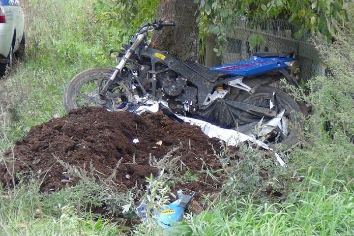 ВВохтоге 17-летний мотоциклист врезался вдерево иполучил тяжелейшую травму
