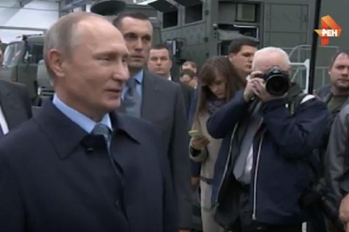 Путин подразнил рабочего предприятия «Калашников»: «Четытакой серьезный?»