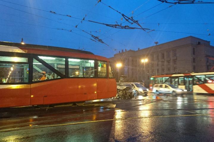 ВДТП страмваем достаточно серьезно травмированы трое пассажиров авто