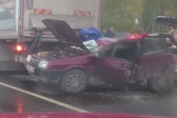 ВТюмени «Лада» врезалась вбольшегруз. шофёр легковушки умер наместе